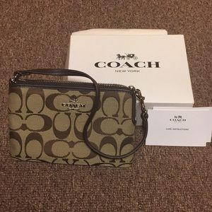 New (w/o tags) authentic Coach wristlet
